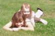 Geschwister liegend auf der Wiese