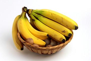 cesto di frutta con banane e noci