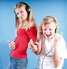 Mädchen und Junge hören Musik