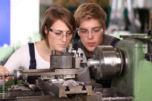 Lehrlinge an der Drehbank - 46898851