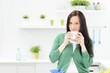 junge frau trinkt zum frühstück kaffee