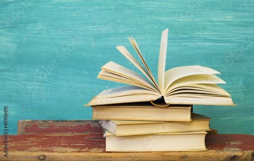Leinwanddruck Bild opened book