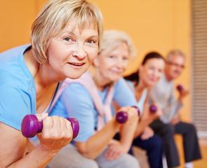 Seniorin beim Sport im Fitnesscenter
