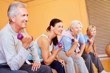 Senioren bei Rückenschule im Fitnesscenter