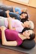 Gemischte Gruppe entspannt im Fitnesscenter