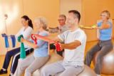 Reha-Sport mit Gymnastikband im Fitnesscenter