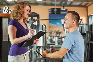Mann an Ruderzugmaschine im Fitnesscenter