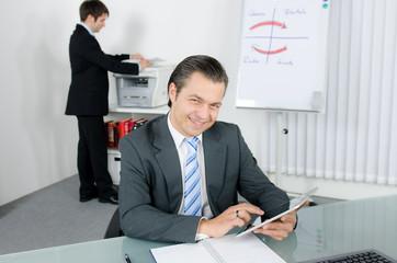 freundlicher manager mit tablet pc