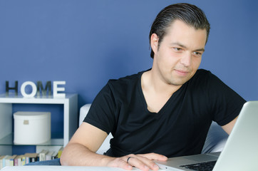 junger mann recherchiert etwas im internet