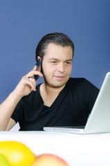 mann führt telefonat am pc
