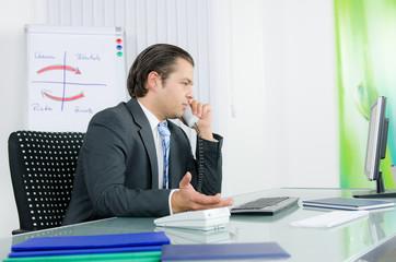geschäftsmann diskutiert am telefon