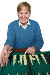 Älterer Mann bei Spielen
