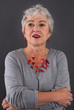 Attraktive Frau mit grauen Haaren