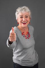 Ältere Powerfrau mit grauen Haaren