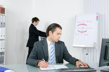 manager recherchiert im internet