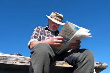 Mann mit Wanderkarte - man with hiking map