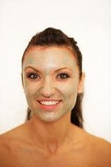 Attraktive Frau mit einer Gesichtsmaske