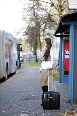 Attraktive Frau wartet an der Bushaltestelle