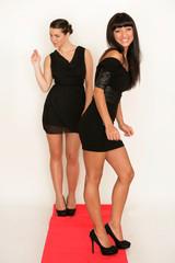 Zwei Freundinnen mit schwarzem Abendkleid