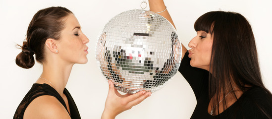 Zwei Partygirls mit einer Diskokugel