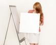 Attraktive Geschäftsfrau hält ein weißes Schild