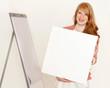 Rothaarige Geschäftsfrau hält ein weißes Schild