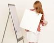 Junge Frau mit weißem Plakat in der Hand