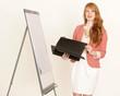 Hübsche Geschäftsfrau mit Mappe und Flipchart