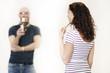 Hübsche Frau spricht einen junge Mann an