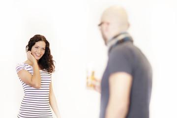Schöne Frau wird von einem Mann angesprochen