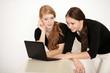 Zwei Jugendliche surfen im Internet