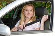 Autofahrerin nutzt den Sicherheitsgurt