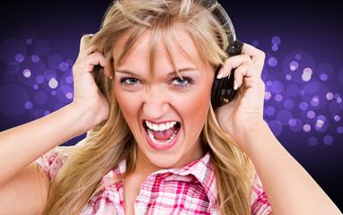 ausgelassene junge frau beim singen