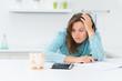 frustrierte hausfrau mit finanzproblemen