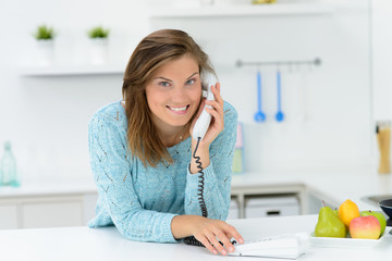 junge frau telefoniert entspannt zuhause