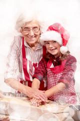 Oma und Enkelin beim Plätzchen backen