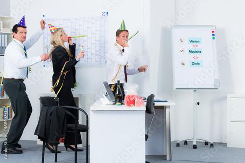 fröhliches miteinander im büro