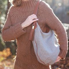 Ältere Dame trägt ihre schwere Tasche