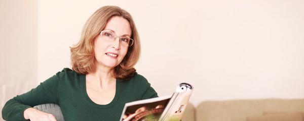 Schöne Dame liest eine Artikel