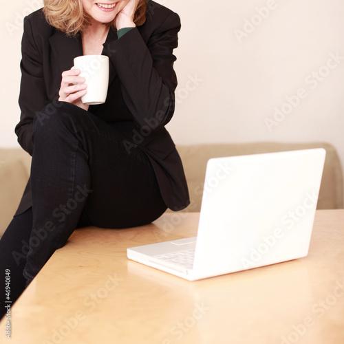Schöne Dame arbeitet am Laptop
