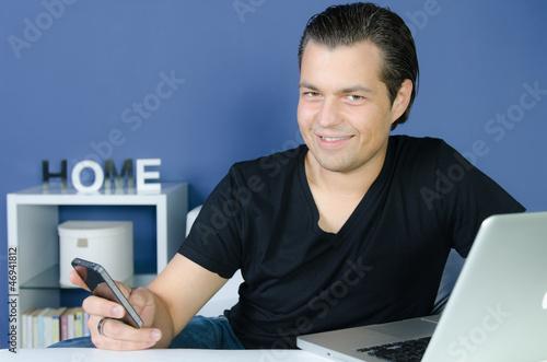 junger mann spielt mit seinem smartphone