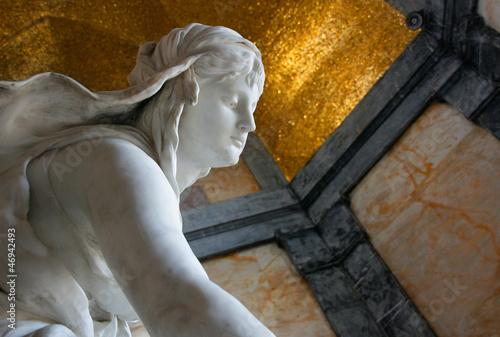 Detail Frauenskulptur auf Grabmal
