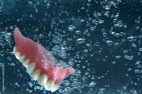 Zahnprothese beim Reinigen im Wasser