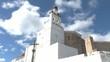 Kirchturm vor Himmel mit Wolken