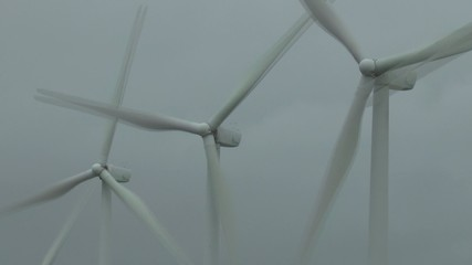 windpark im nebel