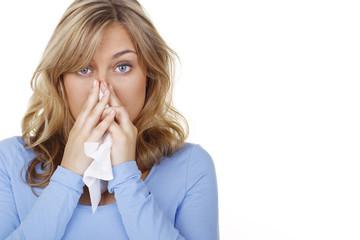 Hübsche Frau mit Schnupfen aufgrund einer Allergie
