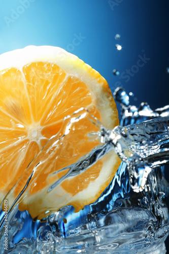 Foto op Canvas Opspattend water limon in water