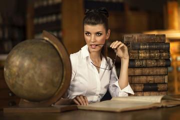 Kobieta w bibliotece