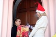 scambio di regalo natalizio alla porta