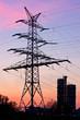 Strommast mit chemischer Industrie bei Sonnenuntergang